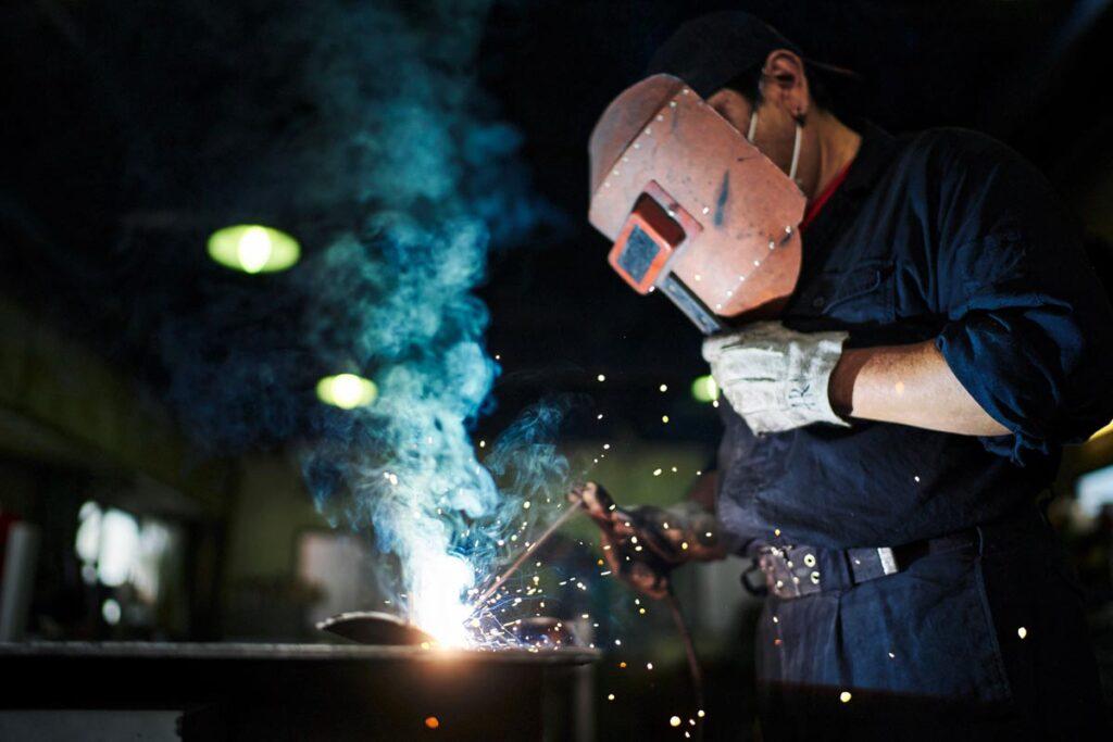 鍛冶工事の特徴と建設業許可について